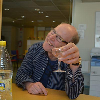 Stefan Paavola skålar med vatten