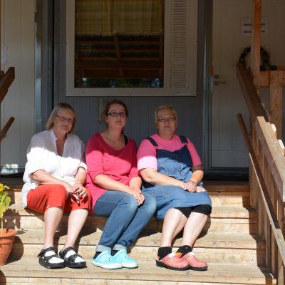 Barnträdgårdslärarna Camilla Rehn-Hovi, Malin Sjöholm och Marjut Kytölä tycker inte att det nya dagiset borde byggas i anslutning till Amosparkens skola.