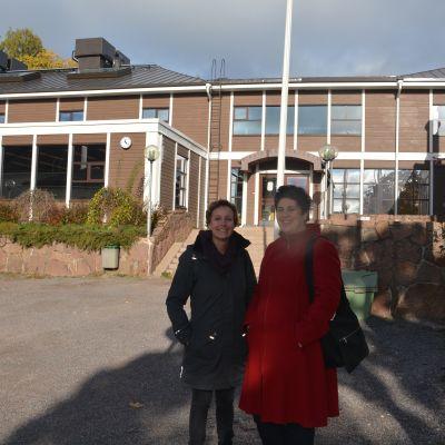 Heidi Enberg och Lotta Lerviks framför Ekenäs bibliotek