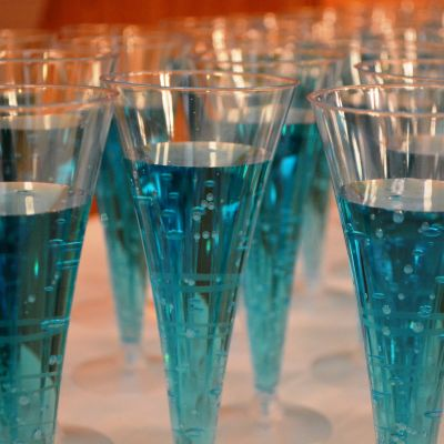 blå dryck i champagneglas