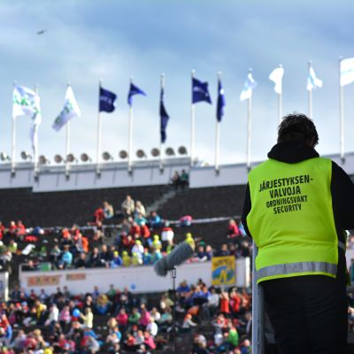 Ordningsvakt på stadion.