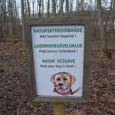 Håll hunden kopplad-skylt