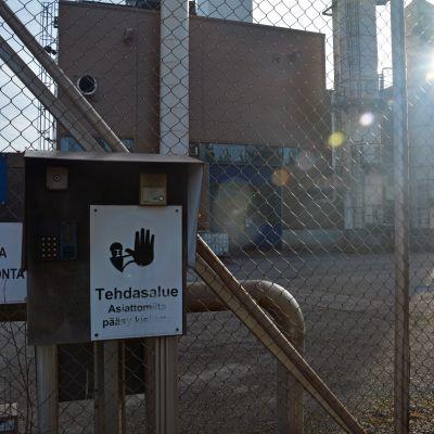 Skylt vid ena ingången till industriområdet i Koverhar.