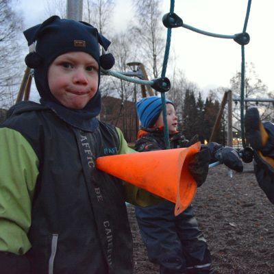 Lapsia päiväkodin pihalla Mikkelissä.