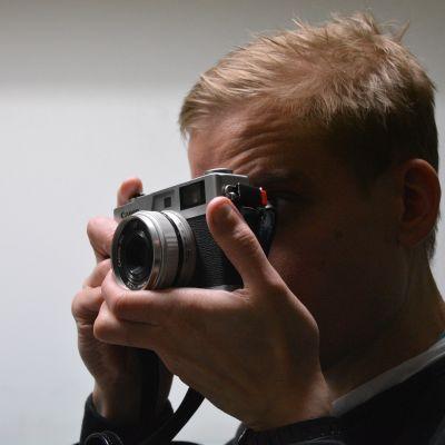 Mies valokuvaa.