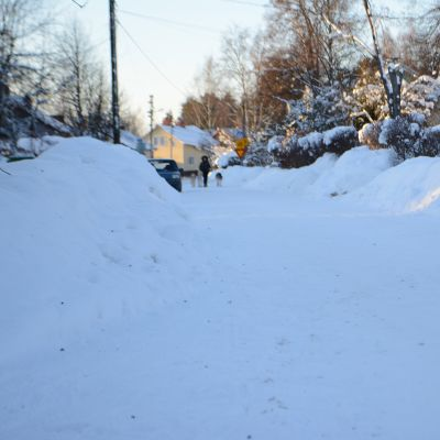 Luminen pihakatu Kuopion Niiralassa