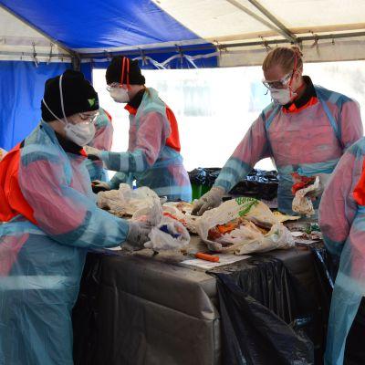 Sekajätteitä tutkitaan Korvenmäen jätekeskuksessa Salossa.