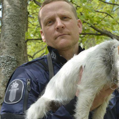 Miikka Ounila ja Jekku-poliisikoira.