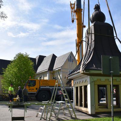 Tohmajärven kirkon torni on nostettu maahan.