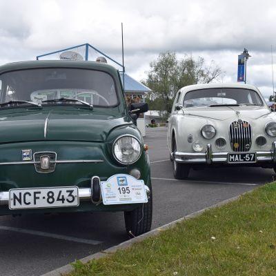 Fiatin ja Jaguarin keulat vierekkäin.