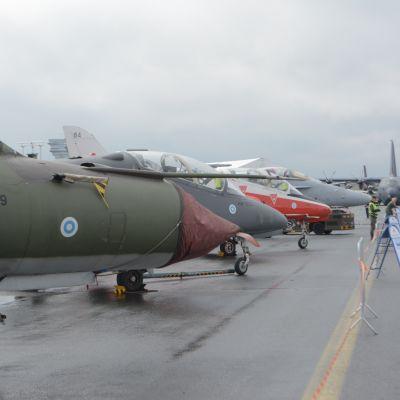 Vanhaa ja uutta Suomen ilmavoimien kalustoa rivissä. MiG-21, BAe Hawk ja F-18 Hornet.