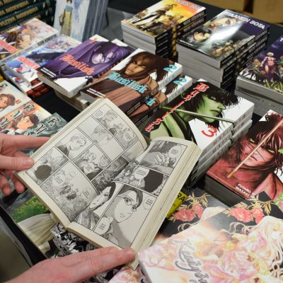 Manga-pokkareita myyntipöydällä.