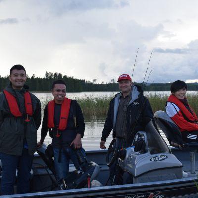 Marwin Ma (vasemmalla) tutustui kahden muun kiinalaisvieraan kanssa Petri Korhosen opastuksella kalastamiseen.