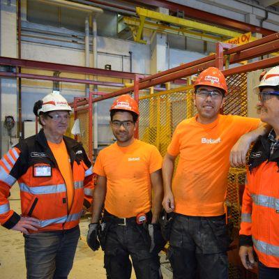 Linjapäällikkö Tarmo Pölkki (vasemmalla), Mohammadnadir Amiri, Mohammadnabi Nazari ja hankintapäällikkö Timo Noponen.
