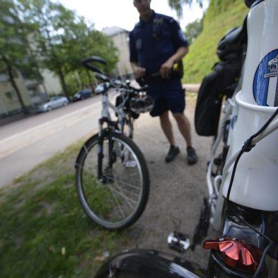 Polkupyöräpoliiseja ja pyörä.