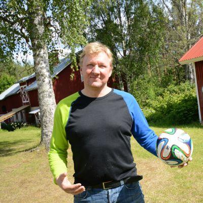 Näyttelijä Aimo Räsänen kotitalonsa pihalla Kuopin Vehmersalmella.