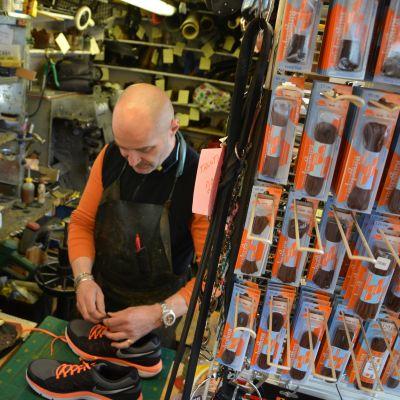 Suutari korjaa kenkiä.