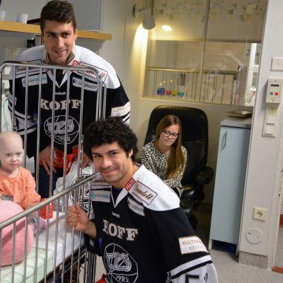 TPS:n pelaajat kävivät Tyksissä antamassa lahjoja