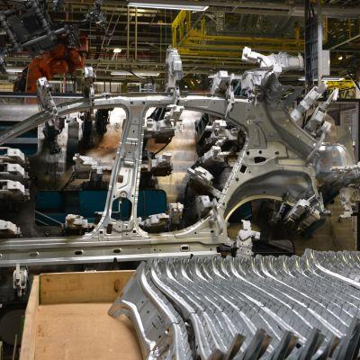 Mercedes-Benzin A-sarjan autojen valmistusta Uudenkaupungin autotehtaalla.