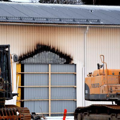 brandspår ute på stor gård.