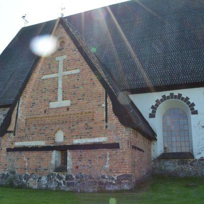 Isonkyrön kirkko joen puolelta kuvattuna
