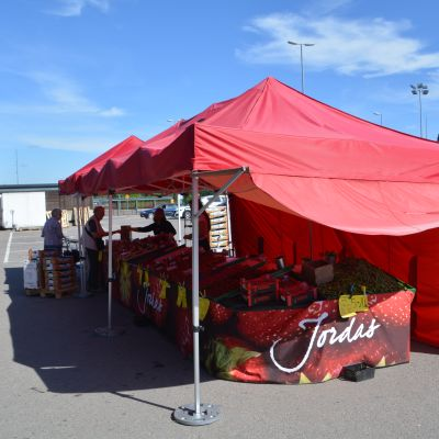 Jordas jordgubbsstånd vid S-market i Borgå