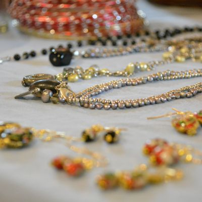 Smycken på ett bord.