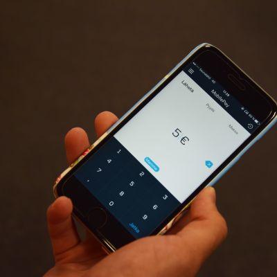 En mobiltelefon som använder sig av appen MobilePay.