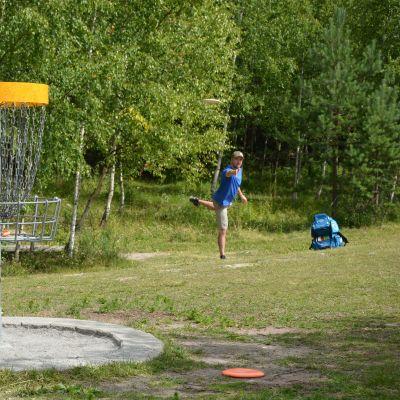 Man kastar frisbee.