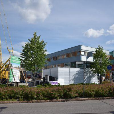 Byggarbetsplats utanför köpcentret i Grankulla.