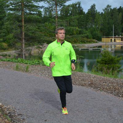 Michel Schmidt springer mot kameran, iklädd träningskläder.