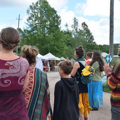 människor med ryggen åt på festivalområde