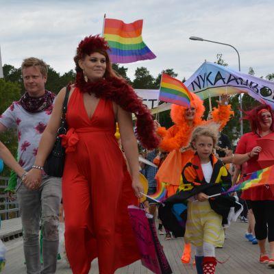 Prideparaden passerar kyrkbron i Nykarleby