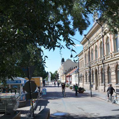 Vy över Västra strandgatan i Åbo på sommaren, stadshuset till höger.