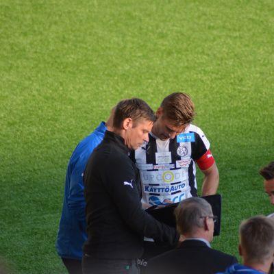 Petri Vuorinen instruerar lagkapten Sebastian Strandvall.