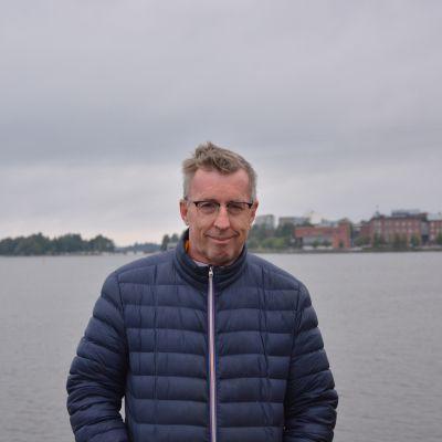 Christoffer Wiik står i inre hamnen i Vasa.