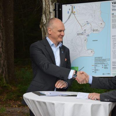 Fiskars VD Teemu Kangas-Kärki och naturtjänstdirektör Timo Tanninen vid överlåtelsen av Dagmars park