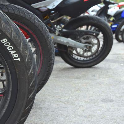 Mopeder som står parkerade.