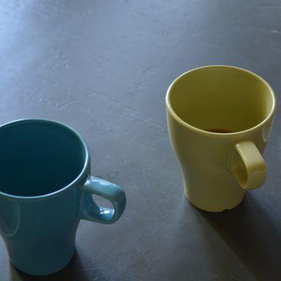 Kaffekoppar på bord.