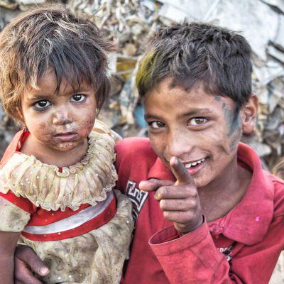två fattiga barn