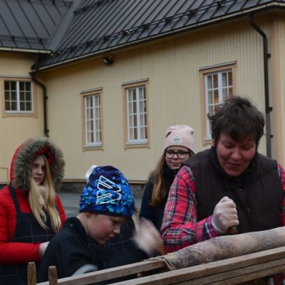 Anita Storm och elever skrapar fårskinn