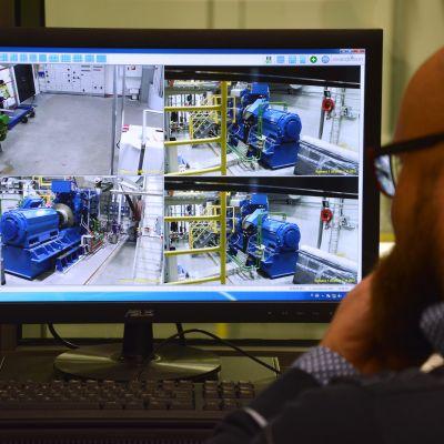 Projektchef Janne Suomela övervakar motorlaboratoriet.