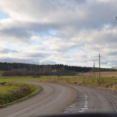 I Backgränd i Karis ligger husen glest och anslutningsavgiften till fibernätet blir flera tusen euro.