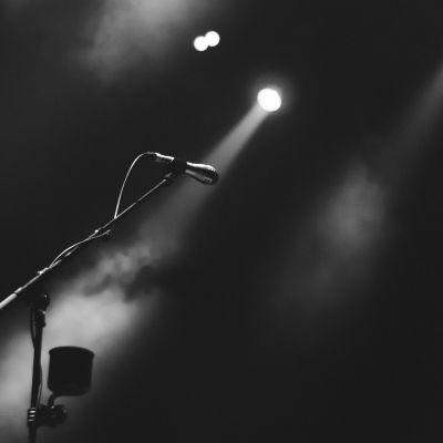 en mikrofon på en rökig scen