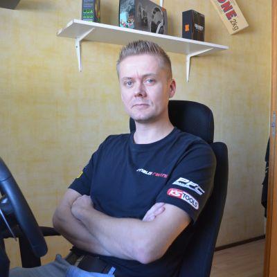 Rory Penttinen övar på Monzabanans kurvor vid datorn