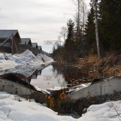 Här rinner orenat vatten förbi reningsverket på Vallans nya farmområde