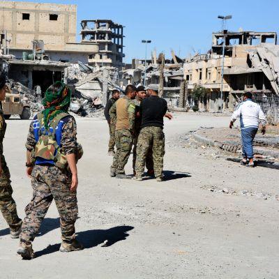 Den kurddominerade styrkan SDF som backas upp av USA har infört utegångsförbud i Raqqa med motiveringen att IS hotar att återinta staden
