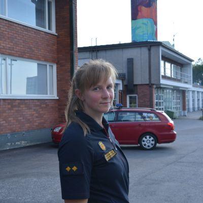Jourhavande brandmästare Jannice Valtakari utanför Vasa brandstation.