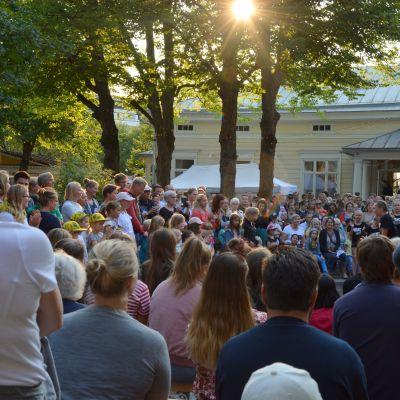 Människor som står i en publik.