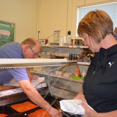 Öja-Markets ägare Peter Dahlskog betjänar en kund